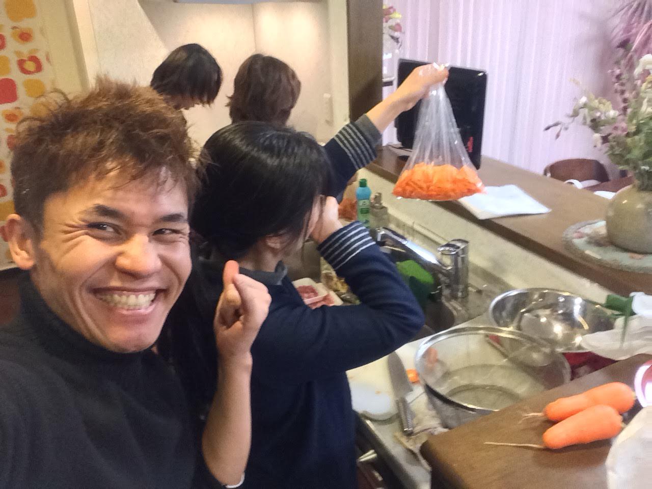 1月9日の前準備野菜切る台所で