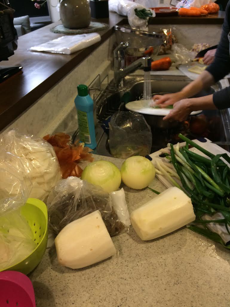 1月9日前準備で野菜切る台所の風景